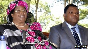 Joyce Banda (L) and Malawi's Inspector General of Police Peter Mukhito (R) on Saturday 7 April 2012