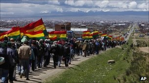 Marchers with flags approach La Paz, 31 January 2012