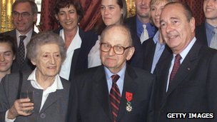 Raymond Aubrac (C) with Lucie and President Chirac in March 2000