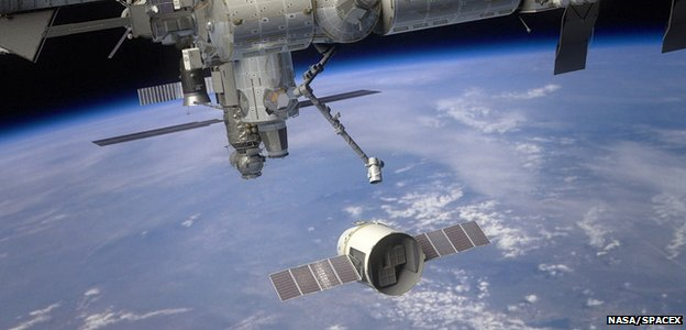 Artist&#039;s rendering of Dragon approaching ISS