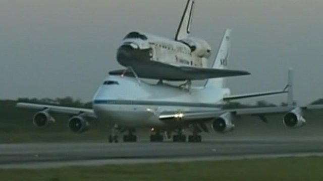 Discovery piggy backs on a 747