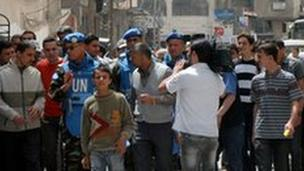 The Moroccan leader of the UN observer mission Colonel Ahmed Himmiche (front left) in Damascus suburb, 18 April 2012