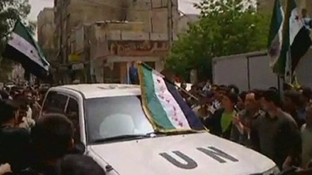 UN observers&#039; car surrounded by Syrian anti-government protesters