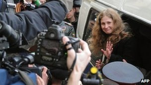 One of the &quot;Pussy Riot&quot; defendants, Yekaterina Samutsevich, waves as she arrives for her court hearing in Moscow, 19 April  