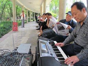 People singing in Huahuiyuan Park in Chongqing