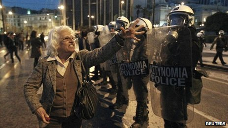 Greek pensioner argues with police at a ally in Athens on 5 April 2012