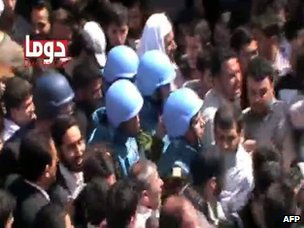A video purportedly showing UN observers surrounded by anti-government protesters in Douma, a suburb of Damascus (23 April 2012)