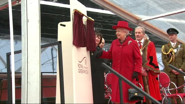 Queen unveils plaque at Cutty Sark