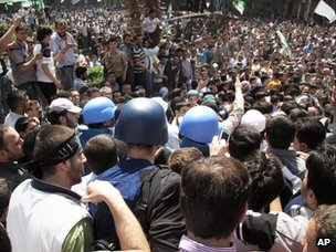 UN observers are surrounded by anti-government protesters in Douma (23 April 2012)