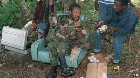 Rebel leader Charles Taylor (C) speaks with troops 21 July 1990 in Roberts Field after taking over this position from government troops of President Samuel Doe near the Liberian capital earlier this week. 