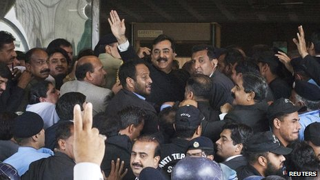 Pakistan's Prime Minister Yusuf Raza Gilani waves after arriving at the Supreme Court in Islamabad April 26, 2012.