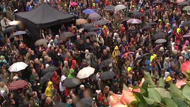 Thousands of Norwegians sing a protest song