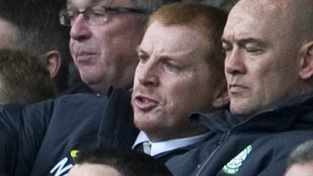 Neil Lennon (centre)
