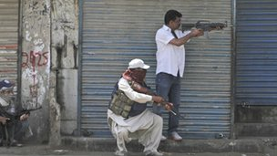 Plain clothed policemen fighting in Lyari