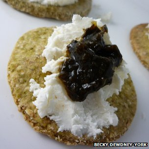 Laver oatcakes topped with cheese and laver