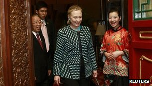 Hillary Clinton enters a dinner in Beijing 2 May 2012