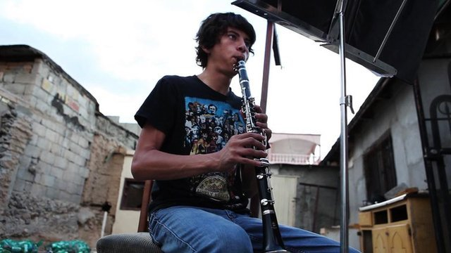 Esteban Ruiseco playing clarinet