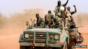 Sudanese soldiers in the disputed oil region of Heglig after the end of the South Sudanese occupation (23 April 2012)