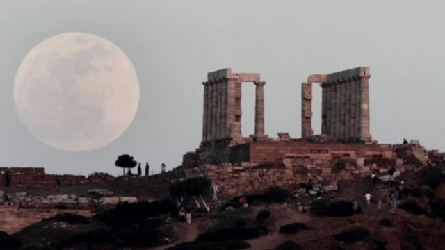 The &#039;supermoon&#039; in Athens
