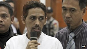 Umar Patek, center, accompanied by his lawyer Ashludin Hatjani, right, speaks at West Jakarta District Court in Jakarta, Indonesia, 7 May, 2012