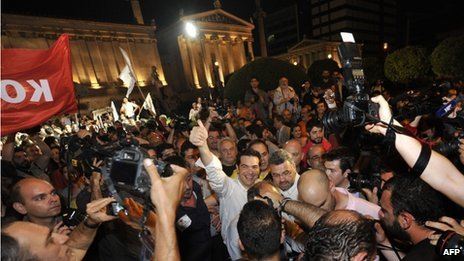 Syriza leader Alexis Tsipras and supporters in Athens (6 May 2012)