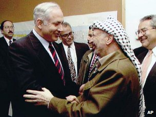 Benjamin Netanyahu shakes hands with Yasser Arafat in 1997