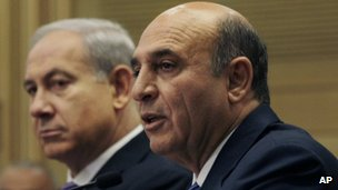 Benjamin Netanyahu (left) and Shaul Mofaz speak to reporters (08/05/12)