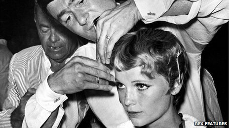 Vidal Sassoon cutting Mia Farrow's hair