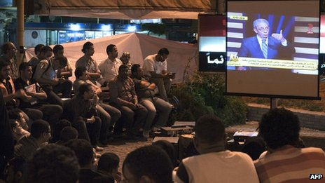 Egyptians watch presidential debate on TV