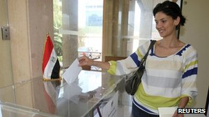 A woman casts her ballot at the Egyptian embassy in Beirut, Lebanon (11 May 2012)
