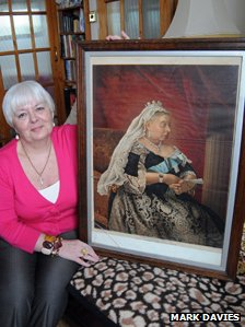Dawn Wallace and the portrait of Queen Victoria