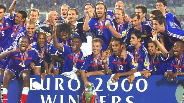 The France squad celebrate victory at Euro 2000