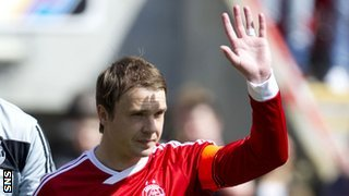 Darren Mackie waves goodbye to the Aberdeen fans
