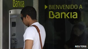 Person using Bankia cash machine