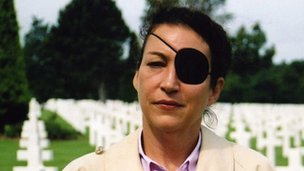 Marie Colvin visiting the grave of Martha Gelhorn in 2003