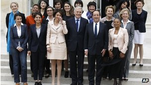 President Hollande (2nd R) and PM Jean-Marc Ayrault (3rd R) with the French cabinet (17 May 2012)