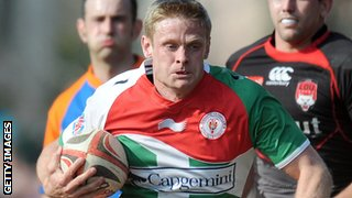 Iain Balshaw runs with the ball for Biarritz