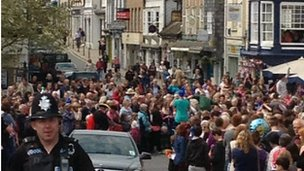Crowds gather in Totnes to see flame