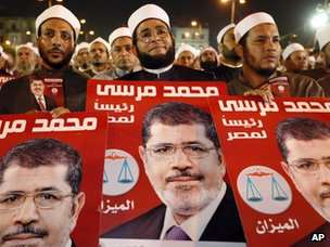 Clerics hold posters supporting the Muslim Brotherhood's Mohammed Morsi candidacy for the presidency (20 May 2012)