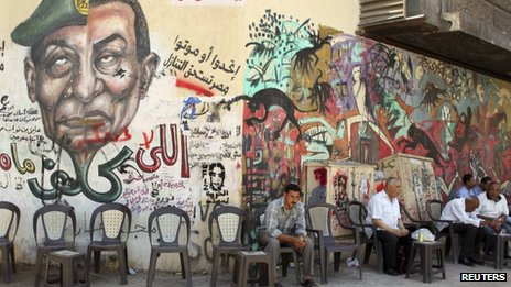 Graffiti mural of Hosni Mubarak and Field Marshal Mohamed Hussein Tantawi in Cairo