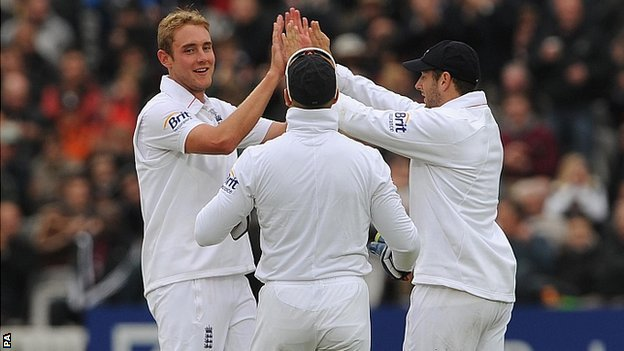 Stuart Broad and Tim Bresnan celebrate
