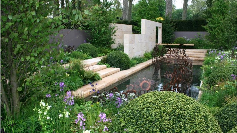 Bbc News In Pictures Chelsea Flower Show Winner Takes Shape