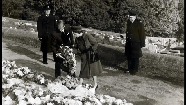 The Queen lays flowers in Aberfan