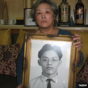 Wang Tsai-lien holding a portrait of her wrongly-executed son Chiang Kuo-ching (Photo courtesy Taiwan Alliance to End the Death Penalty)