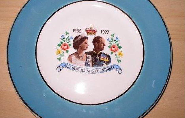 Silver Jubilee plate with profile pictures of the Queen and Prince Philip