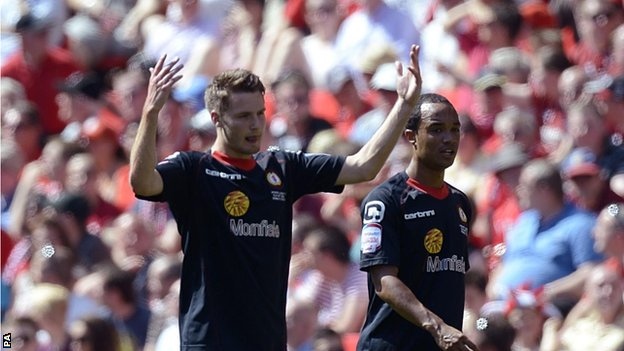Nick Powell (l) celebrates