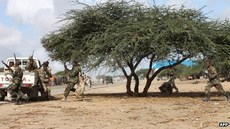 Somali soldiers take position on 29 May, 2012 during a clash with al-Shabab insurgents