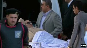 Hosni Mubarak on a stretcher arriving in court in Cairo (2 June 2011)