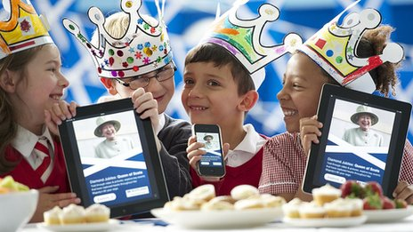 Pupils from Royal Mile Primary School in Edinburgh using the Queen of Scots app