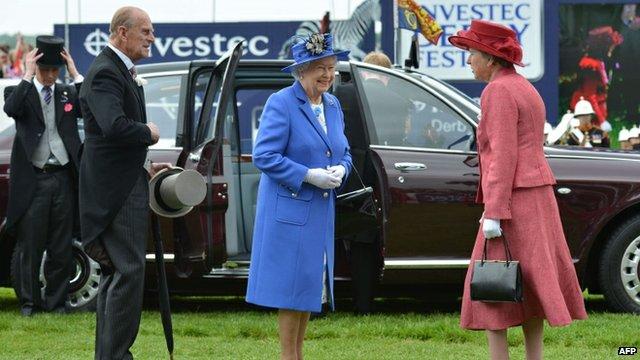 Королева Елизавета прибыла на скачки в городке Эпсом-Дерби, с которых начинается празднование ее Бриллиантового...